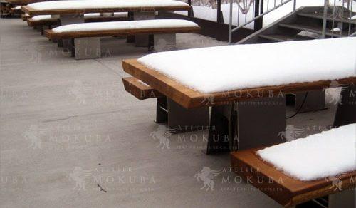 屋外にも強いチーク材のテーブルとベンチ