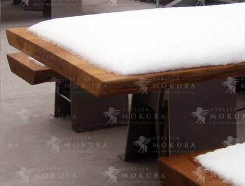 屋外にも強いチーク材のテーブルとベンチの画像