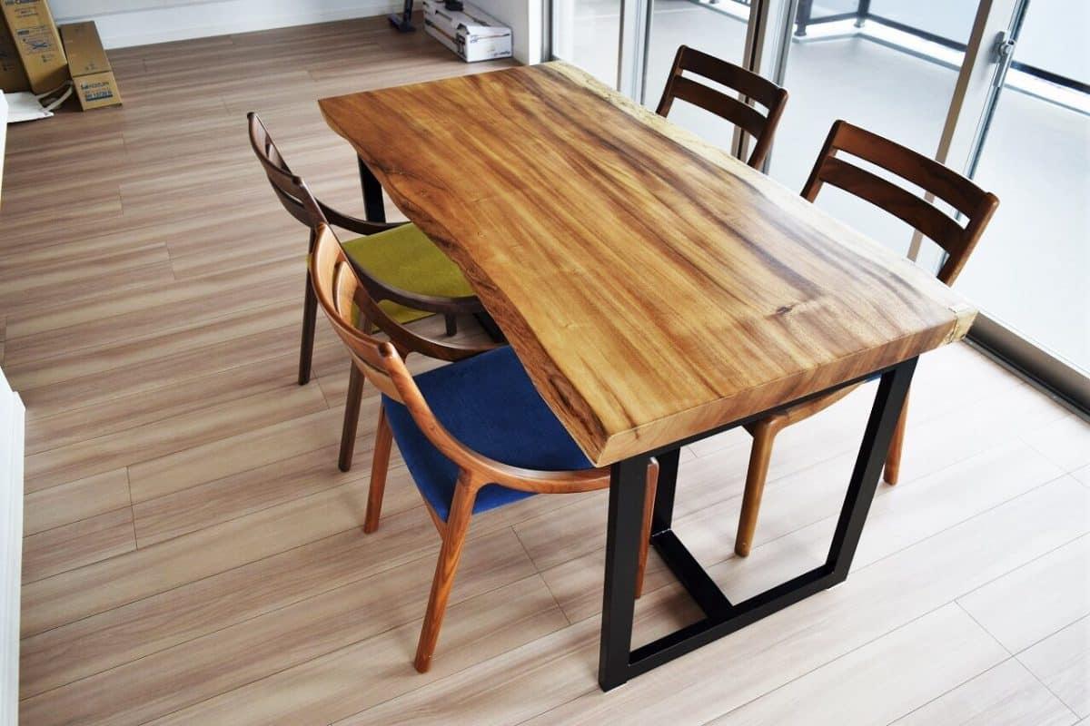 コーディネートでお部屋の印象が変わる!一枚板テーブル納品事例(白系床)