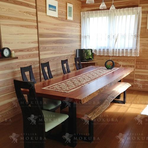 ボセの風合いが絶妙な一枚板テーブル、ベンチの画像