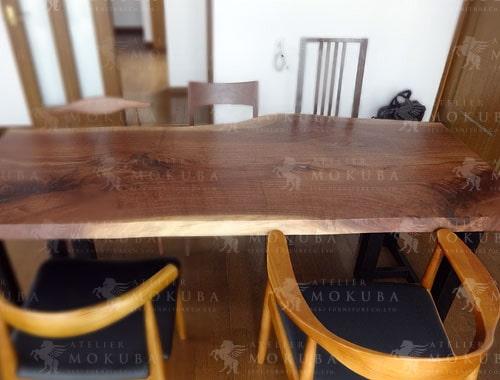 一枚板テーブルを家の中心にの画像