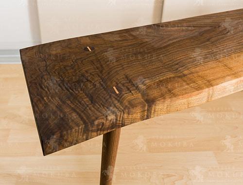 時間の経過で変化していく表情も楽しめる、チェリー一枚板テーブルの画像