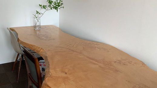 波打つトチノキのダイニングテーブル