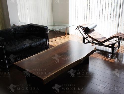 モダンな家具との組み合わせも好相性、ウォールナット一枚板の画像