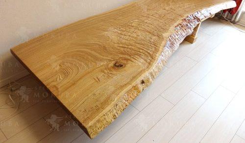 玉杢の美しさが際立つテーブル