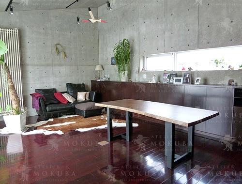 無機質な壁との相性も良いウォールナットテーブルの画像