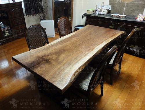 ウォールナット一枚板のシックなダイニングテーブルの画像