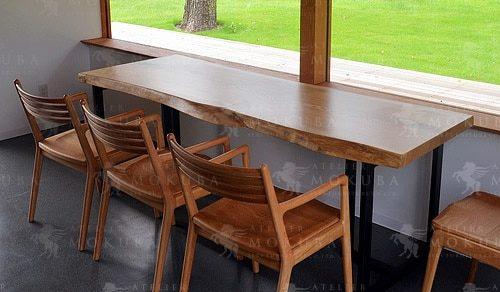 美しいグリーンと一枚板テーブルの優しい組み合わせ