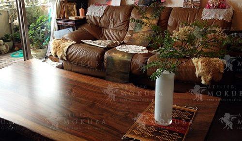 独特の木目と模様が美しい、バストーニュウォールナットのテーブル