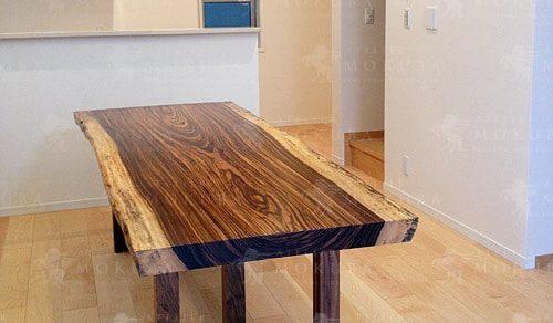 ゼブラウッドの板目がとても美しいダイニングテーブル