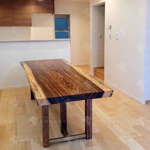 ゼブラウッドの板目がとても美しいダイニングテーブルの画像