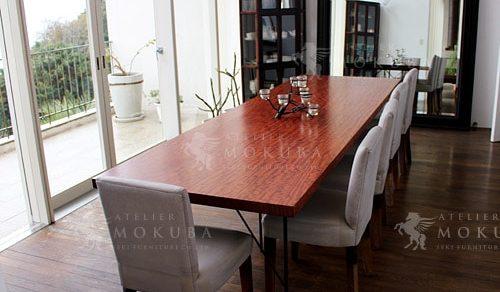 全てのテーブルをブビンガ一枚板に統一した空間