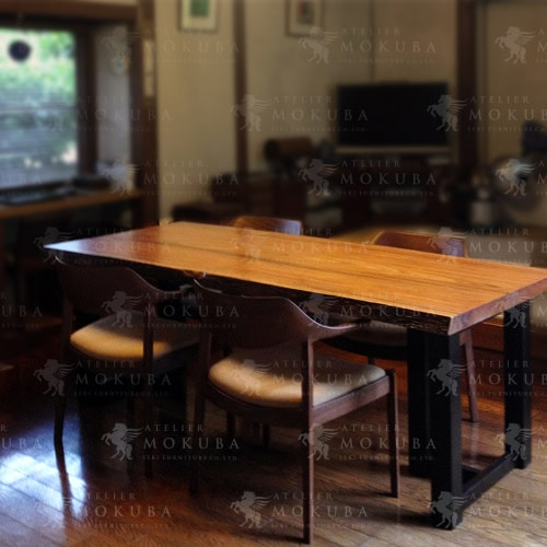 縞模様とツヤが美しい、ムテニエ一枚板テーブルの画像