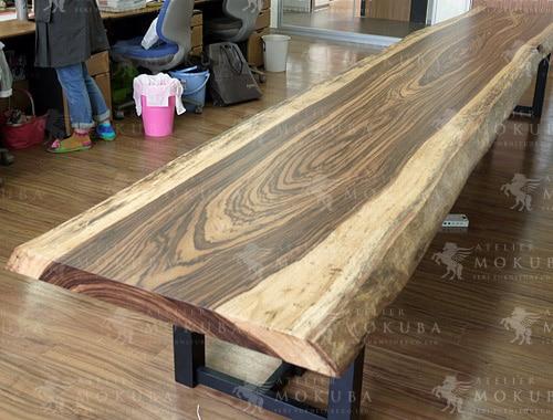 特大サイズのゼブラ一枚板テーブルの画像