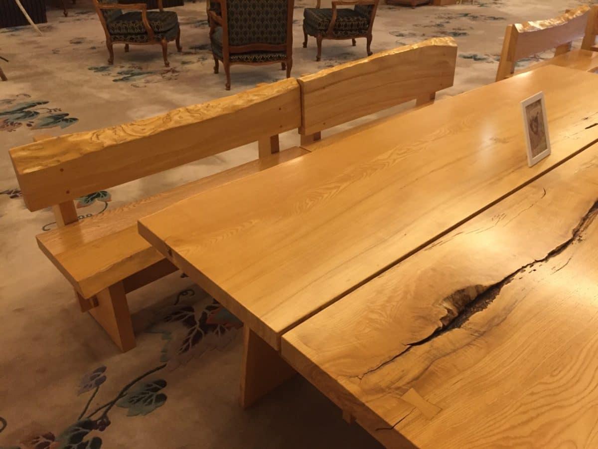 センの木でできたテーブル